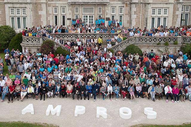 Foto donde se muestra al equipo de Ampros en la entrada del edifico.